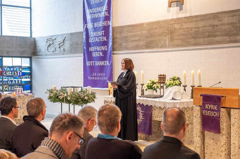 Pfarrerin Scherle-Schobel feiert den Advents-Gottesdienst