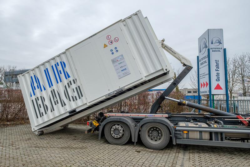 Der Rollcontainer wird beim Kunden aufgestellt.